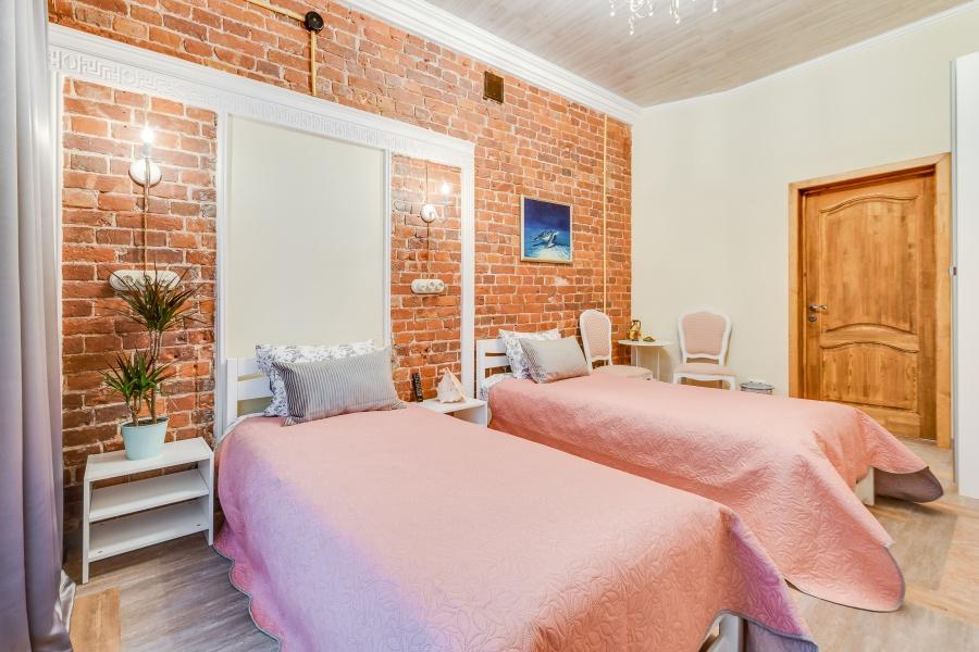 Забронировать двухместную комнату с двумя односпальными кроватями в центре Питера рядом с метро
